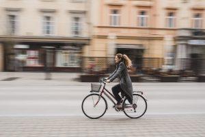 Femme à vélo au milieu de la rue