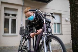Vélo et cycliste avec masque Covid